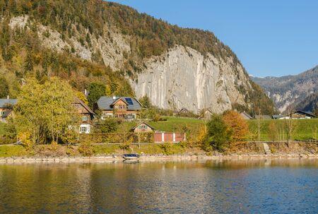 Lake Grundlsee in the early autumn morning. Village Grundlsee, region Salzkammergut, Liezen district of Styria, Austria, Europe. 免版税图像