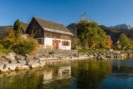 Lake Grundlsee in the early autumn morning. Village Grundlsee, region Salzkammergut, Liezen district of Styria, Austria, Europe. 新闻类图片