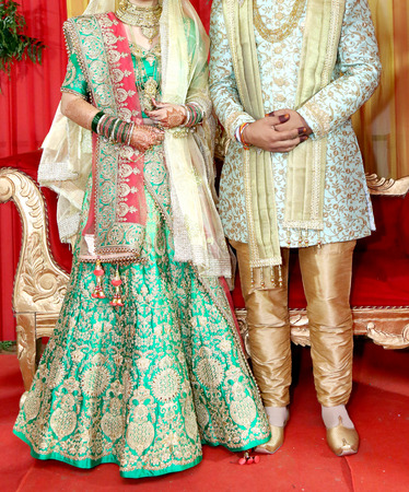 Indian bride and groom pose for beautiful portraits after their colorful jaimala ceremony ( garlands ceremony ) Stockfoto