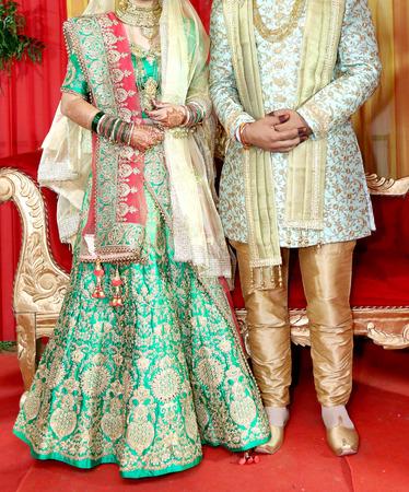 Indiase bruid en bruidegom poseren voor prachtige portretten na hun kleurrijke jaimala-ceremonie (slingersceremonie) Stockfoto