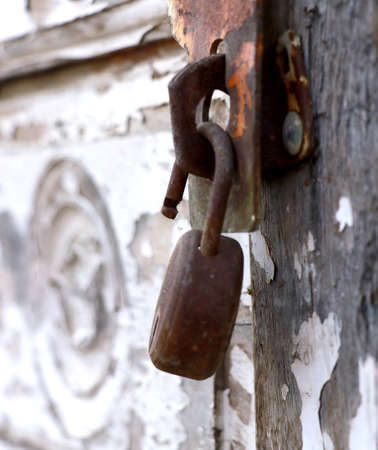 A vertical shot of a weathered lock on an ancient wooden door during daylight Stockfoto