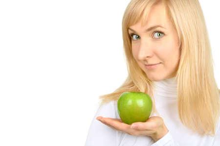 소녀 손에 녹색 사과 개최