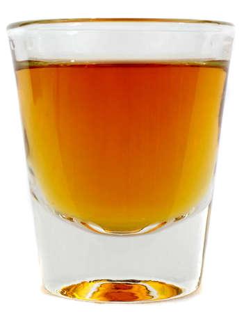 sparo: Lato bello sul colpo di un bicchiere pieno di whisky marrone o brandy Archivio Fotografico
