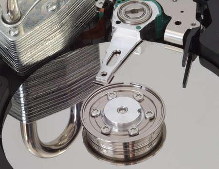 disco duro: Un fuerte bloqueo reflejado en un disco duro.