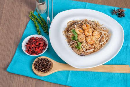 mian: fried Hong Kong noodles topped with shrimp (shou mian chinese name menu) Stock Photo