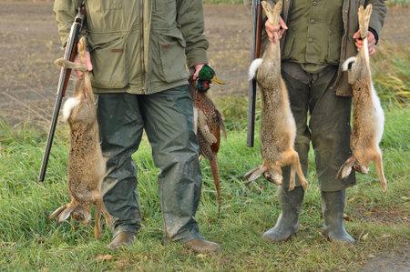 liebre: Los cazadores con las capturas: liebre, pato y faisán en la mano Editorial