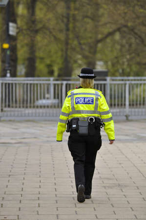 mujer policia: Una patrulla de la realizada por una agente brit�nica Editorial