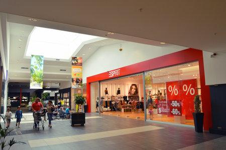 Luxemburg - 30 juli 2012: Een winkel van Esprit Holdings Limited in een winkelcentrum in Luxemburg Redactioneel