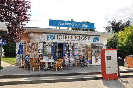 Aken, Duitsland, juli 2010 - Kiosk reclame de Aachener dagblad