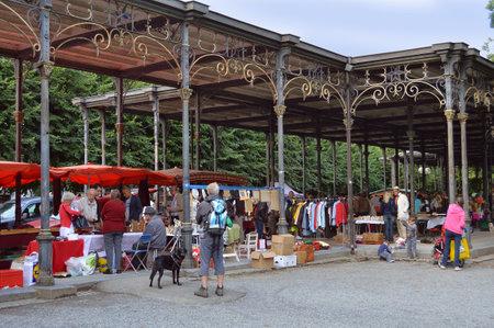 Spa, België - juli 2012: Brocante, een rommelmarkt in de Leopold II Gallery