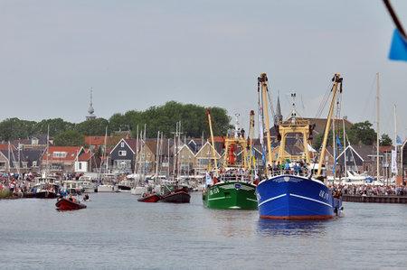 fischerei: Urk, Niederlande - 19. Mai: Fischerboote mit �ffentlichen gef�llt werden, das den Hafen w�hrend der National Fischerei Festival am 19. Mai 2012, Urk, Niederlande