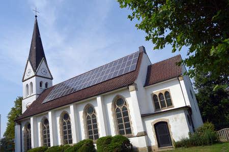 Een installatie van zonnepanelen op het Christuskirche in Greven, Duitsland