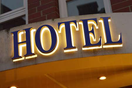 Hotel sign - Verlicht hotel teken genomen in de schemering