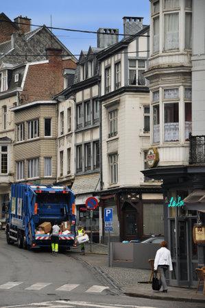 garbage collector: Spa, B�lgica - Agosto de 2010 recolector de basura y la basura del compresor de carga de camiones de residuos en las calles de Spa