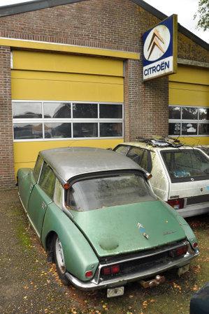 Oldtimer Citro�n DS in front of a garage Citroen dealership