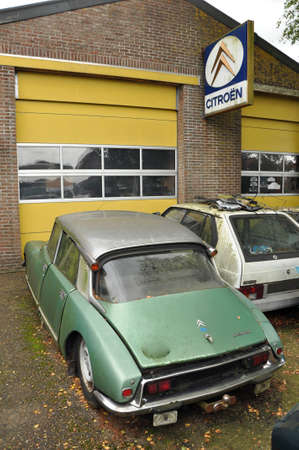 marketed: Oldtimer Citroën DS in front of a garage Citroen dealership