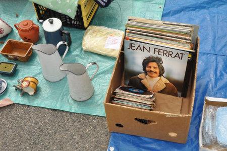 BELGIË - 7 augustus 2010 Een verslag van Jean Ferrat een Franse singer-songwriter en dichter, gespecialiseerd in het zingen van poëzie op een rommelmarkt Redactioneel