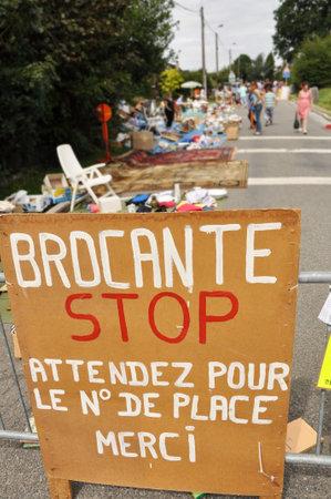 Brocante, Straat afgesloten voor een rommelmarkt in Banneux, België
