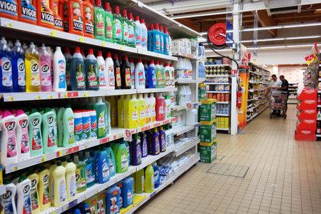 FRANKRIJK - juli 2014 Shelf gevuld met reinigingsproduct in een Leclerc supermarkt