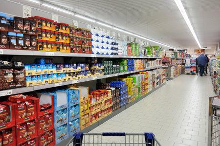 supermercado: Nordhorn, Alemania - DICIEMBRE 2014: Estantes con una variedad de productos de caf� en un supermercado Aldi, Aldi es una cadena de supermercados de descuento l�der a nivel mundial con m�s de 9.000 tiendas en m�s de 18 pa�ses