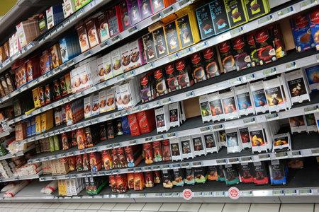 SAINT-LO, FRANKRIJK - JULI 2014: Planken met een verscheidenheid van chocolade producten in een Carrefour hypermarkt in Normandië, Frankrijk Redactioneel