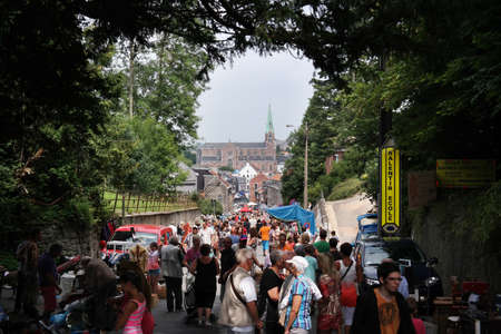 PETIT-Rechain, BELGIË - juli 2014: Menigten bij een Brocante, een rommelmarkt in België
