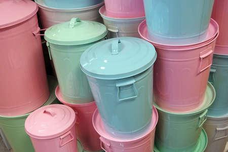 botes de basura: Botes de basura, Pila de contenedores redondos de colores pastel en una tienda de electrodomésticos