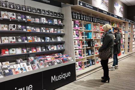 MALMEDY BELGIUM MEI 2015: Klanten op de media sectie in een Carrefour Hypermarket
