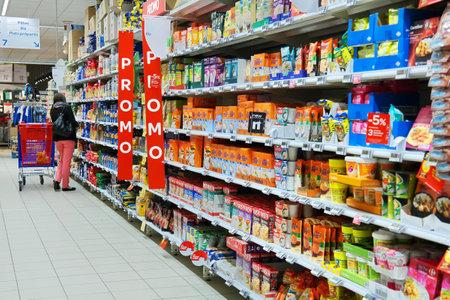 Malmedy, Bélgica - 07 de mayo: Pasillo con varios productos de arroz en un hipermercado Carrefour, un minorista multinacional francesa y una de las mayores cadenas minoristas del mundo. Editorial