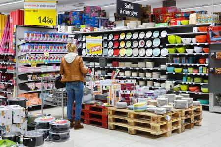 Malmedy, Bélgica - julio de 2015: El cliente en la sección de electrodomésticos del hogar de un hipermercado Carrefour, un minorista multinacional francesa, y la cadena de hipermercados grande. Editorial