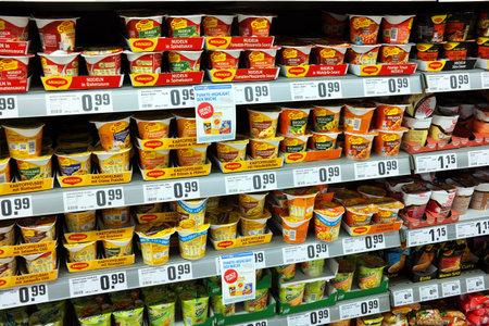 ALEMANIA - septiembre de 2015: Estantes con diversos envases o comida instantánea en un supermercado REWE.