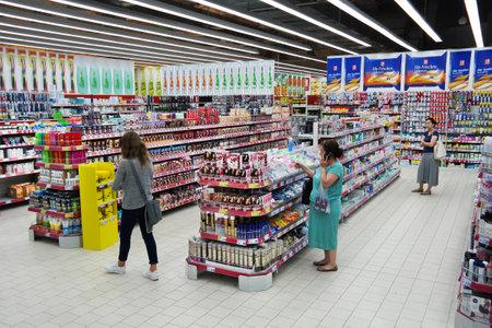 Papenburg, Alemania - AGOSTO 2015: Departamento de Farmacia, la sección donde venden cosméticos y productos de cuidado de la salud en un hipermercado Kaufland. Foto de archivo - 56055907