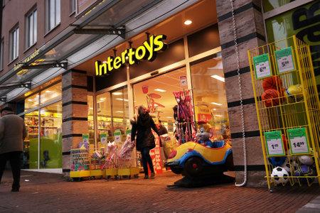 Nordhorn, Duitsland - december 2014: Tak van een Nederlandse Intertoys Toy winkelketen met vestigingen in Nederland, België, Duitsland