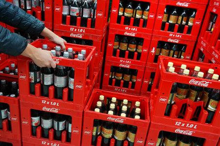 diciembre: ALEMANIA - DICIEMBRE 2015: Pila de cajas que contienen Coca-Cola botellas de bebidas no alcohólicas en un hipermercado Kaufland.