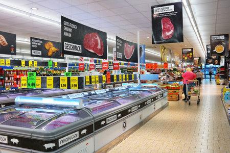 UELSEN, ALLEMAGNE - SEPTEMBRE 2015: Intérieur d'un supermarché Lidl. Lidl est une chaîne allemande de discount, 9800 magasins dans 28 pays en Europe. Banque d'images - 54316474