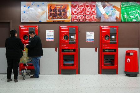 MEPPEN, DUITSLAND - maart 2016: Klanten hun terugkeer flessen en blikjes of herbruikbare verpakkingen in een omgekeerde automaat of een Kaufland hypermarkt.