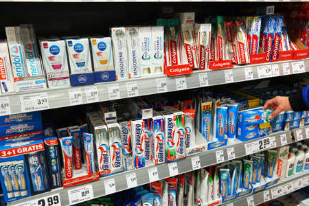 pasta de dientes: ALEMANIA - MARZO 2016: Variedad de fuego pasta de dientes en los estantes en el departamento de higiene bucal de un supermercado Rewe. Editorial
