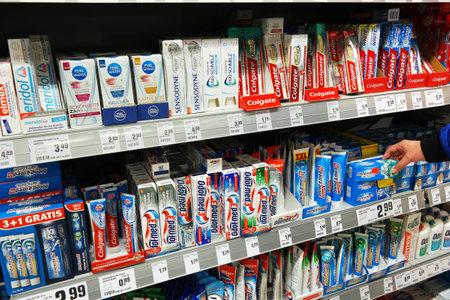 DUITSLAND - maart 2016: Verscheidenheid van tandpasta vuur op de planken tijdens de mondelinge care afdeling van een Rewe supermarkt. Redactioneel