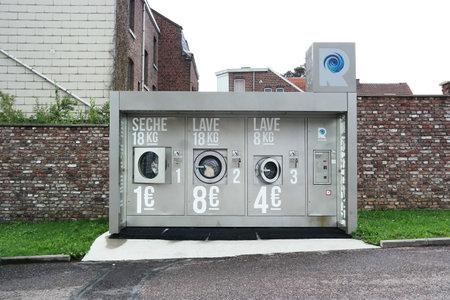 HERVE, BELGIQUE - Juillet 2015: Laveries Rvolution, machines à laver commerciales et sèche-linge dans une laverie en self-service. Exploré par Kish Photomaton Banque d'images - 56056958