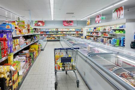 supermercado: BUNDE, ALEMANIA - AGOSTO 2015: Interior con un carrito de compras o en el supermercado ALDI. Aldi es una cadena de supermercados de descuento global líder con sede en Alemania. Editorial