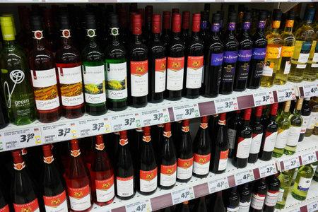 ドイツ - 2015 年 8 月: ドイツで実質ハイパー マーケットで生産されたドイツのワインで満たされた棚。 報道画像