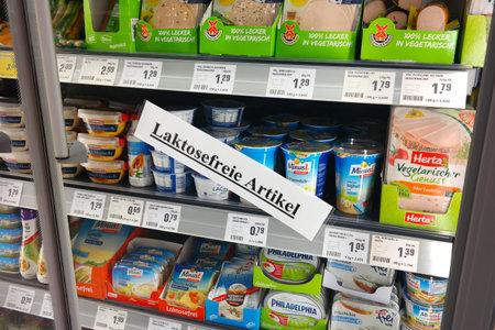 Waldfeucht, Duitsland - mei 2016: Producten voor Lactose-intolerantie in een REWE supermarkt
