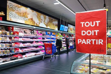 charcutería: Malmedy, Bélgica - mayo 2016: Interior de un hipermercado Carrefour, un minorista multinacional francesa, y la cadena de hipermercados grande.