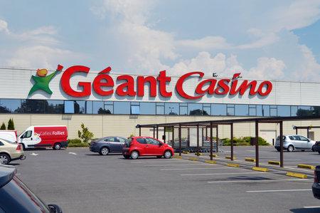 SEDAN, FRANKRIJK - JULI 2013: Gevel van een Gérant Casino hypermarkt, onderdeel van de Franse retail giant Groupe.