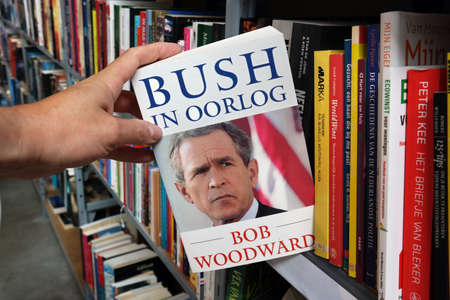 buisson: THE NETHERLANDS - JULY 2016: Bush at War, Dutch version of Bush at War, book by Washington Post reporter Bob Woodward in a Dutch second hand store. Éditoriale