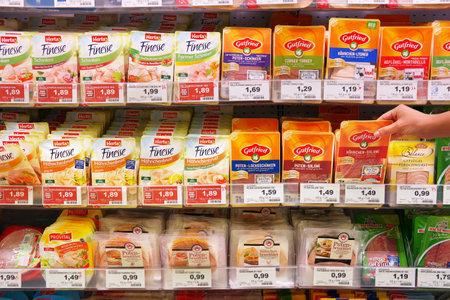 charcutería: ALEMANIA - AGOSTO 2016: charcutería, preparado productos cárnicos envasados ??en un Marktkauf hipermercado.