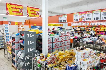 tiendas de comida: Bocholt, Alemania - septiembre 2016: Interior de un supermercado de descuento Norma. Norma es una tienda de descuento de alimentos con más de 1.400 tiendas en Europa.