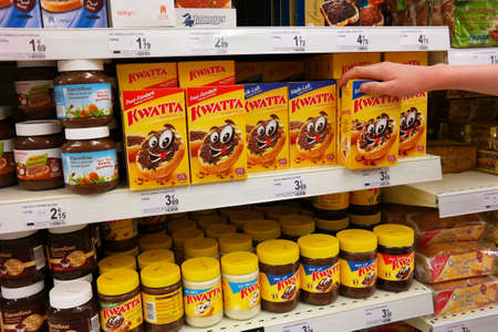 WALLONIA, BELGIUM - MAY 2015: Shelves Kwatta packings in a Carrefour Supermarket. Kwatta is a Belgian brand of chocolate products owned by the Kraft Heinz Company. Publikacyjne