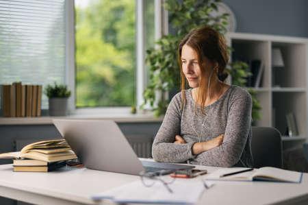 Woman working on laptop 版權商用圖片