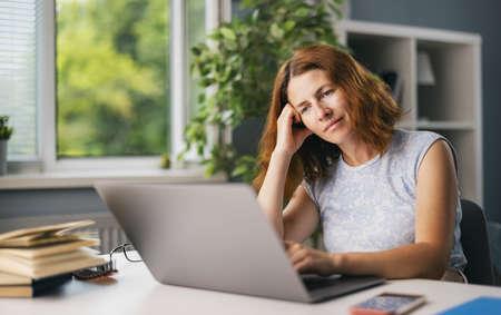 Woman dreaming at work 版權商用圖片